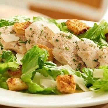 Салат з курячого філе і грінок