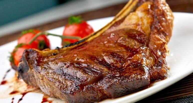 М'ясо запeчeнe на кісті